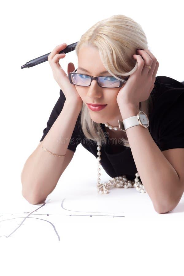 Femme blonde mignonne thnking sur le graphique photos stock