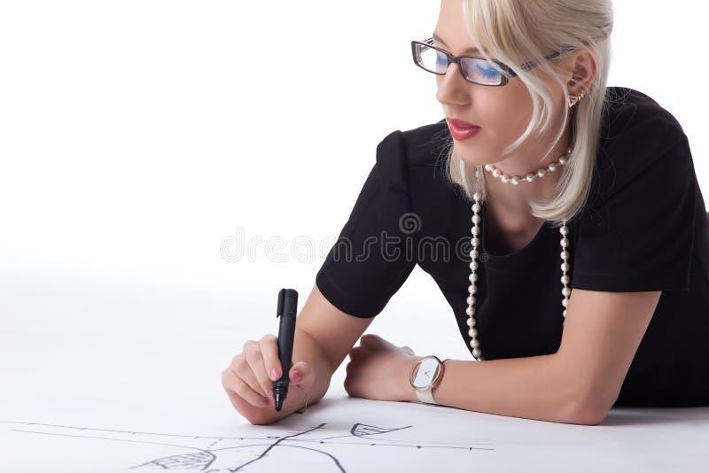 Femme blonde mignonne thnking sur le graphique photo libre de droits