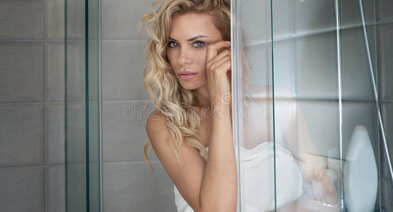 Femme blonde naturelle dans la salle de bains image stock