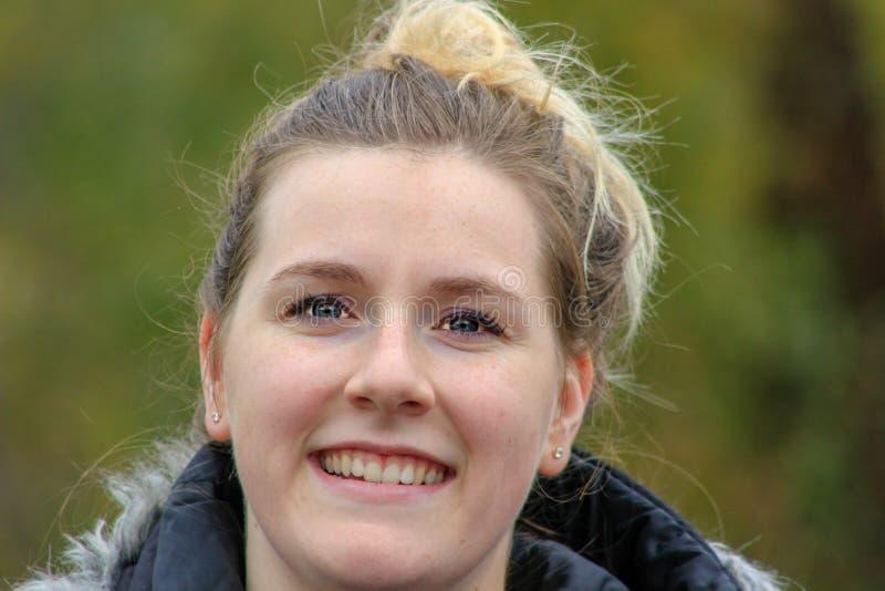 Femme blonde naturelle mignonne souriant avec les dents blanches parfaites et la peau rougeoyante photos stock