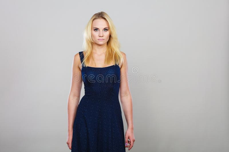 Femme blonde portant la robe courte de cocktail de marine image stock