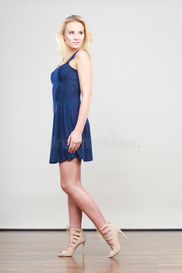 Femme blonde portant la robe courte de cocktail de marine image libre de droits