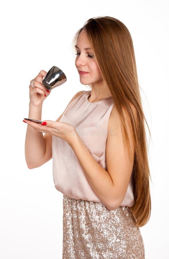 Femme blonde positive avec la tasse de café photos stock