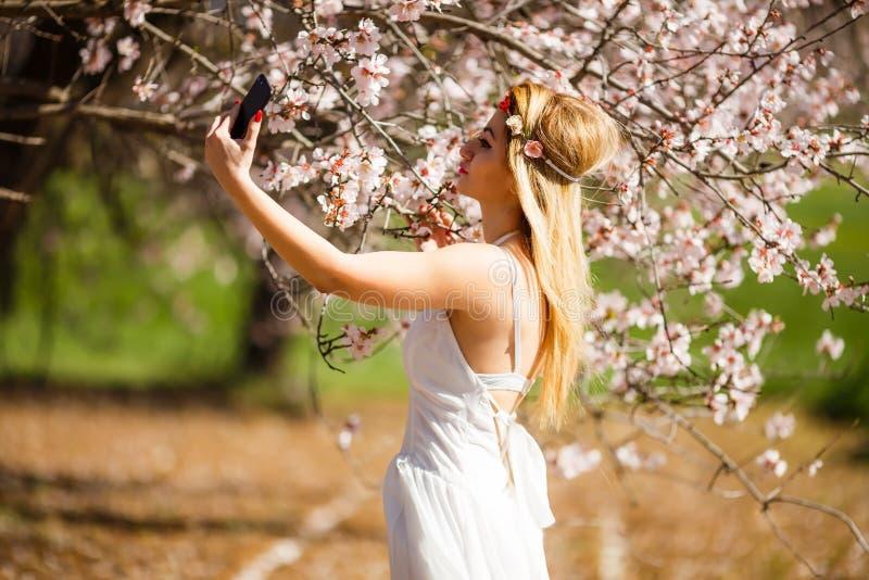 Femme blonde prenant un selfie photo stock