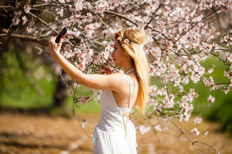 Femme blonde prenant un selfie image stock