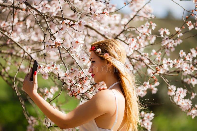 Femme blonde prenant un selfie photo libre de droits