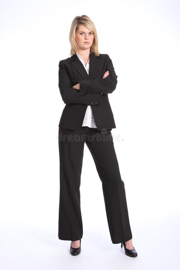 Femme blonde sérieuse dans des bras de procès d'affaires pliés image libre de droits