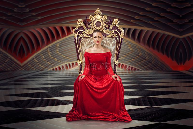 Femme blonde s'asseyant sur le trône photos stock