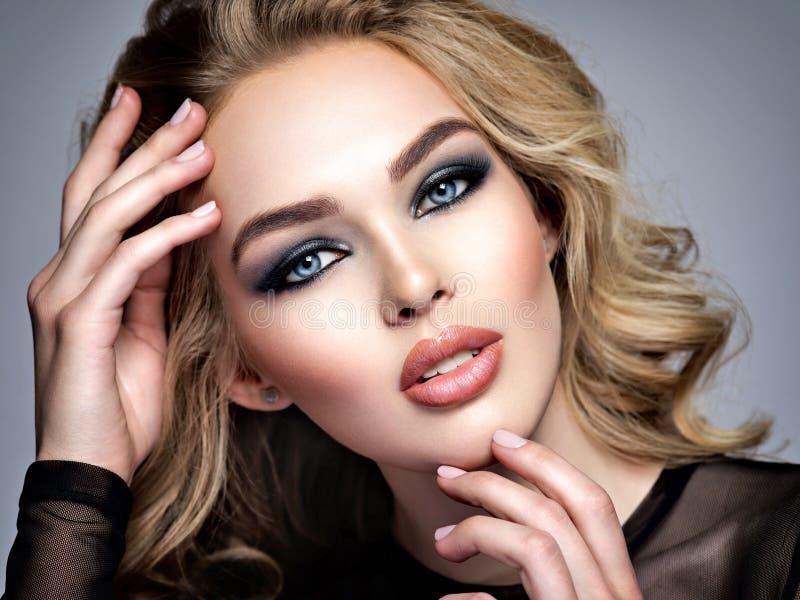 Femme blonde sexy et élégante avec de longs cheveux image stock