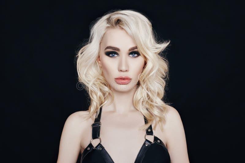 Femme blonde sexy nue de portrait dans les sous-vêtements noirs avec un parfait photo stock