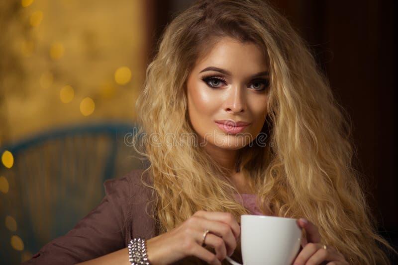 Femme blonde sinueuse fascinante photos libres de droits