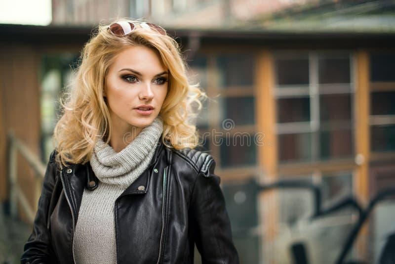 Femme blonde sinueuse fascinante photo libre de droits