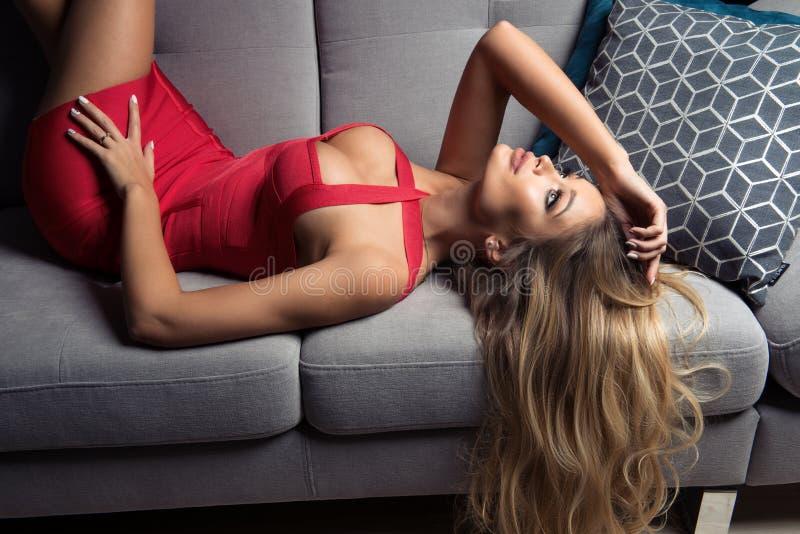 Femme blonde sinueuse fascinante photographie stock libre de droits