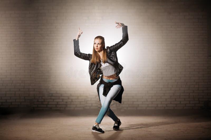 Femme blonde soulevant ses bras et faisant des étapes de base de danse de coupure image libre de droits