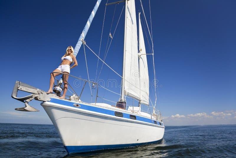 Femme blonde sur la proue d'un bateau à voile photographie stock