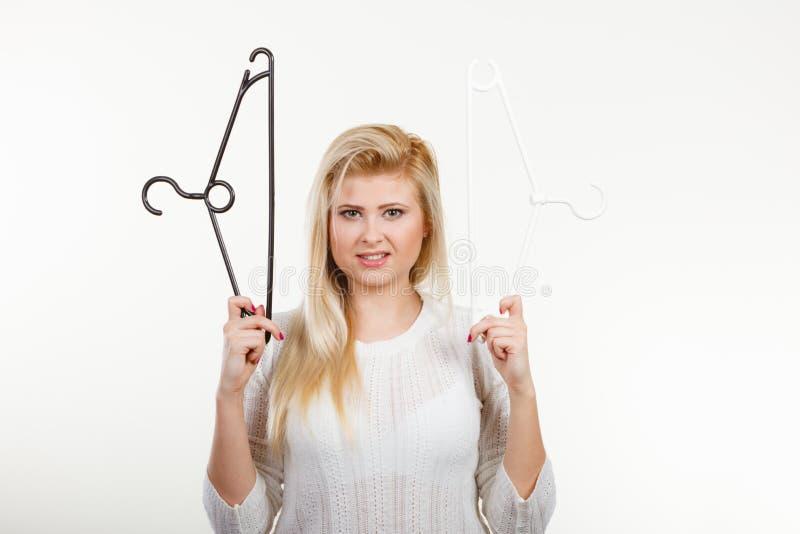 Femme blonde tenant le cintre image libre de droits