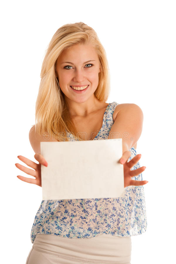 Femme blonde tenant un conseil blanc vide dans des ses mains pour la promotion image stock