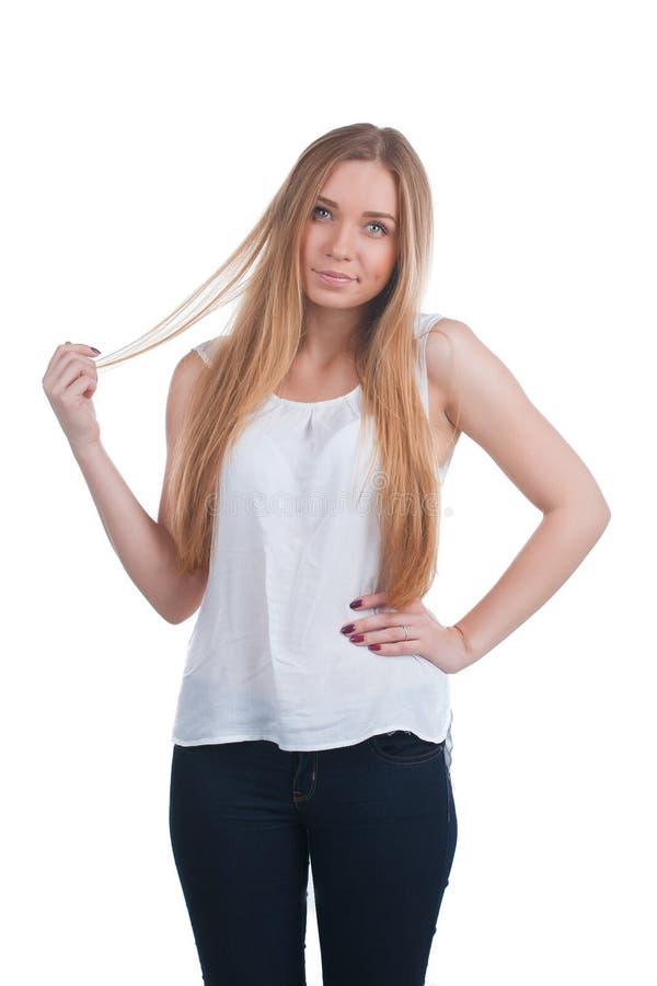 Femme blonde touchant ses cheveux photo libre de droits