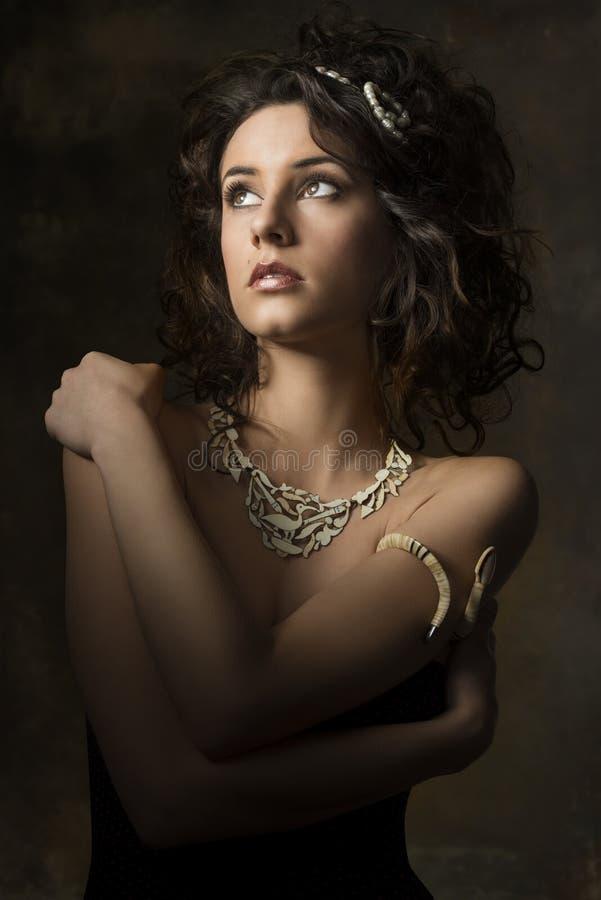 Femme bouclée sensuelle de brune photos stock