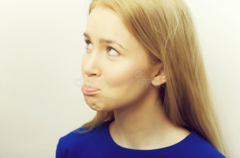 Femme boudant avec les lèvres pincées photos stock