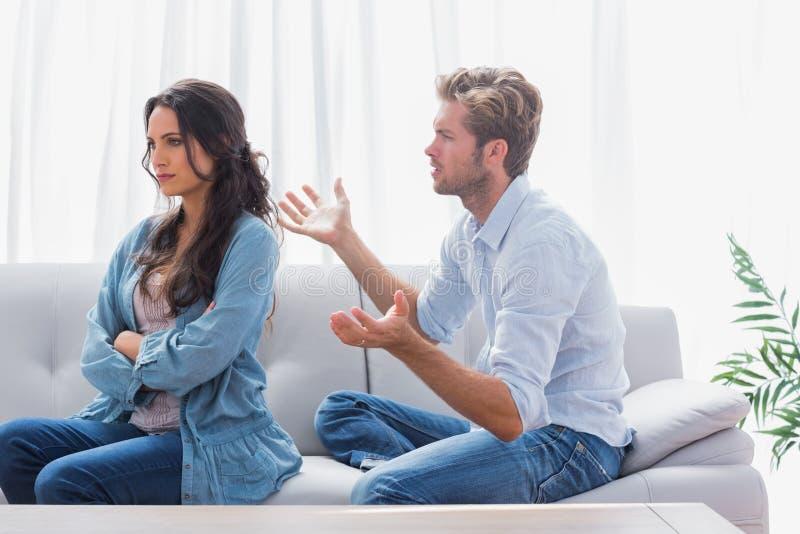 Femme boudant tandis que son associé lui parle images libres de droits