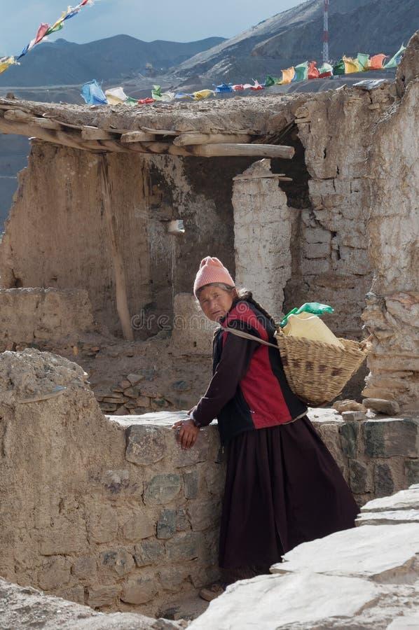Femme bouddhiste de Ladakhi dans la rue de Leh, Inde photos stock