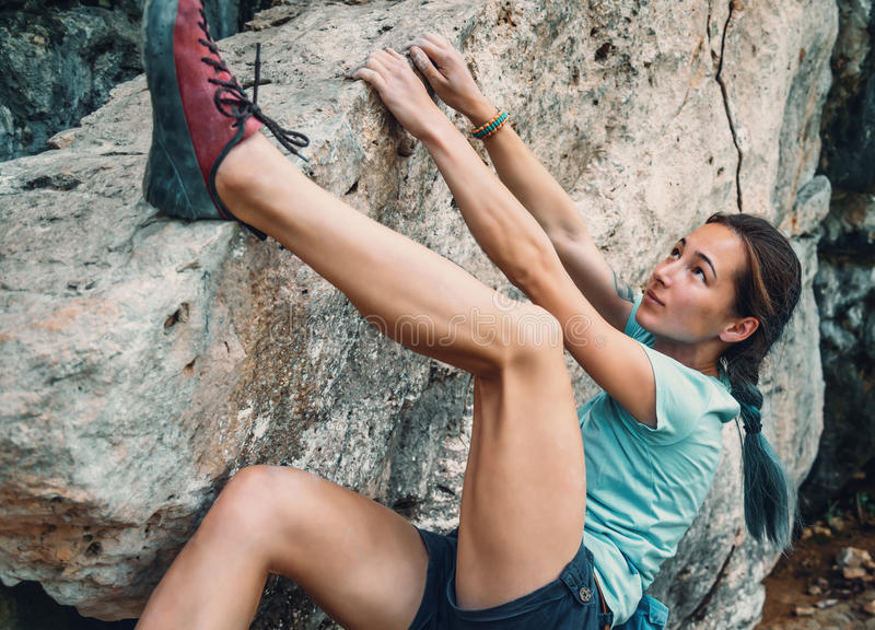 Femme bouldering la pierre rocheuse image libre de droits