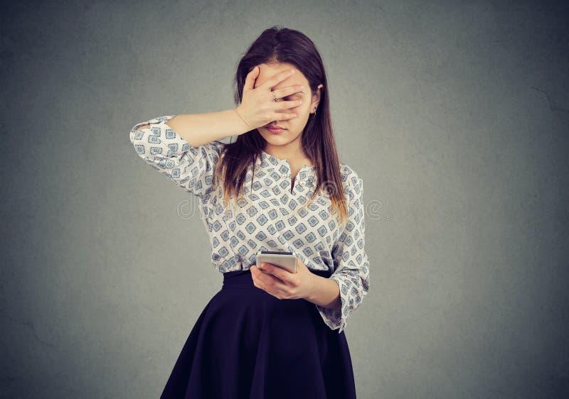 Femme bouleversée dans l'échec utilisant le téléphone images stock