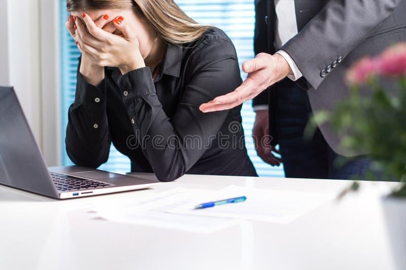 Femme bouleversée pleurant dans le bureau Obtention mise le feu du travail images libres de droits