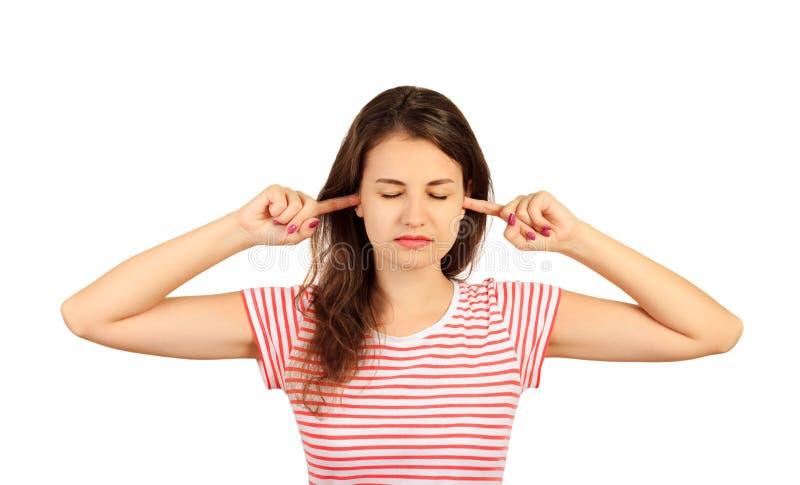 Femme branchant des oreilles avec des doigts et des yeux fermants fortement, irrité avec le bruit ennuyeux fort fille émotive d'i photos stock