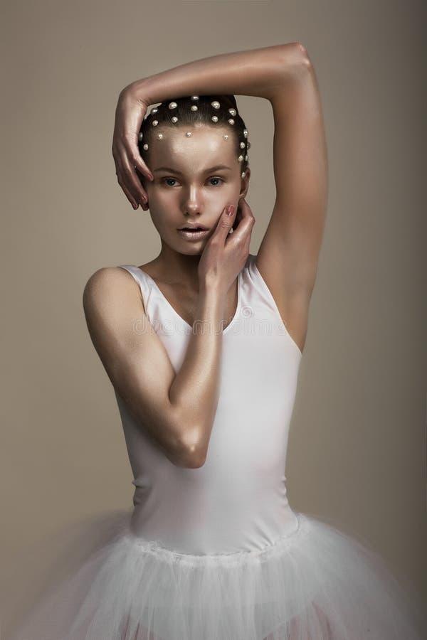 Charme. Femme exagérée artistique. Maquillage bronzé à la mode photo libre de droits