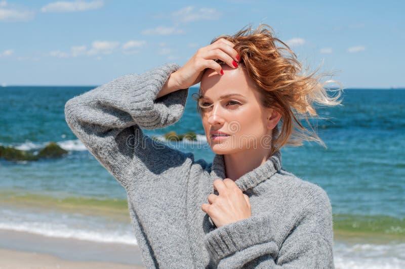 Femme bronzée heureuse appréciant une promenade par la mer sur la plage tropicale photographie stock