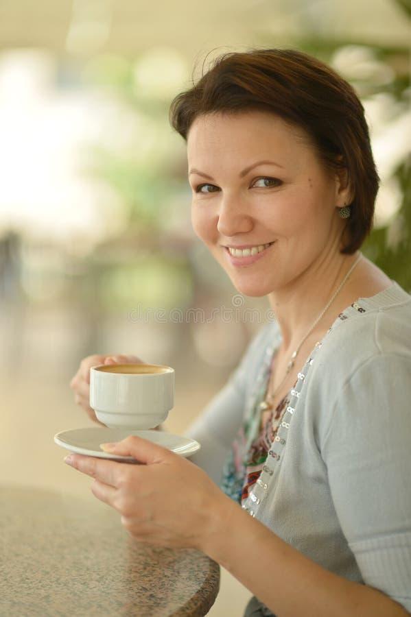Femme buvant d'un café photos libres de droits
