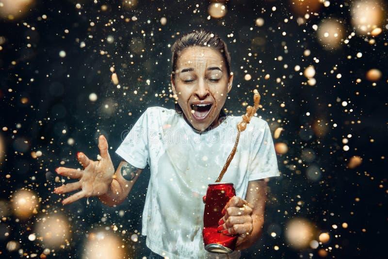 Femme buvant d'un kola photo stock