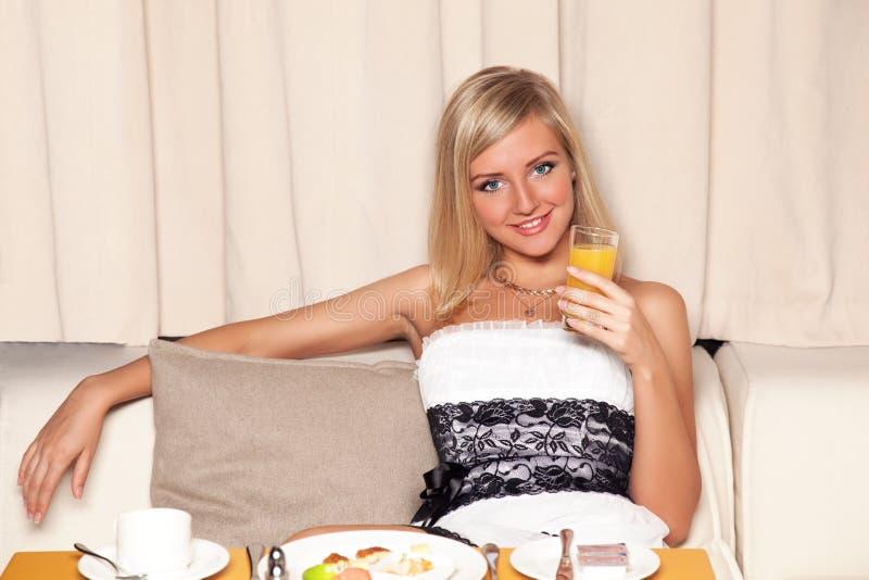 Femme buvant du jus d'orange images stock