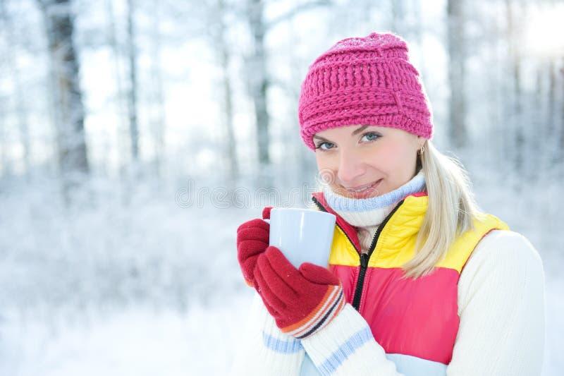 Femme buvant du thé chaud à l'extérieur images stock