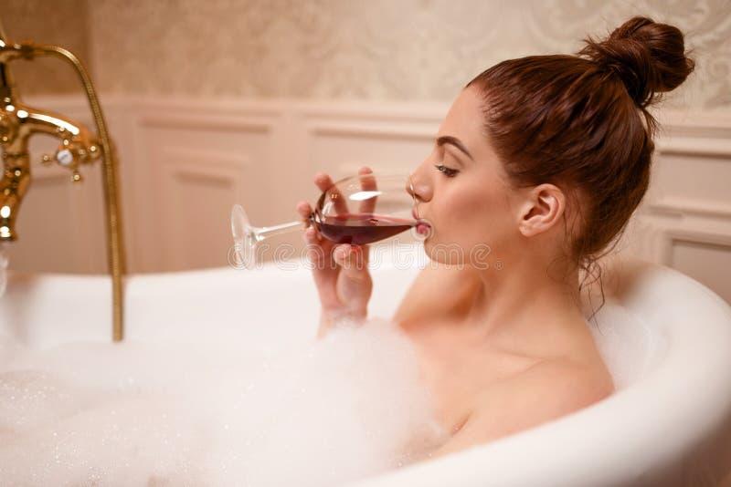 Download Femme Buvant Du Vin Rouge Dans La Baignoire Image stock - Image du soin, beau: 87700325
