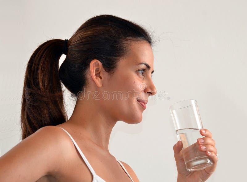 Femme buvant l'eau minérale photographie stock