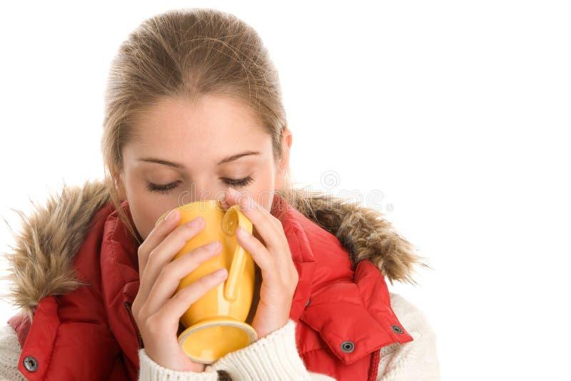 Femme buvant la boisson chaude image stock