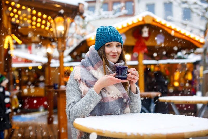 Femme buvant le poinçon chaud sur le marché allemand de Noël images libres de droits