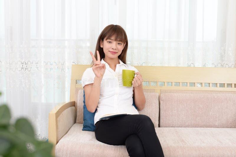 Femme buvant une cuvette de caf? photo libre de droits