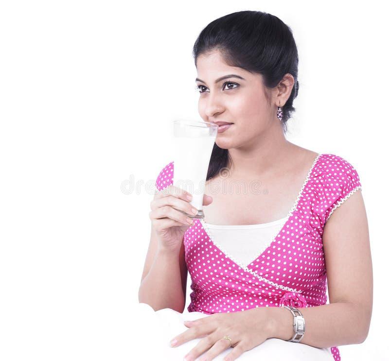 Femme buvant une glace de lait photographie stock libre de droits