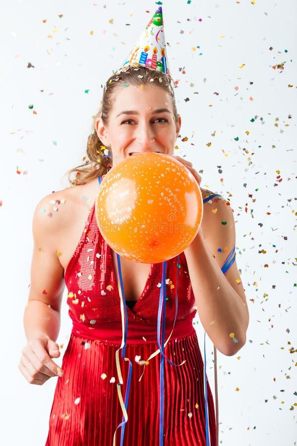 Femme célébrant l'anniversaire avec le ballon photographie stock
