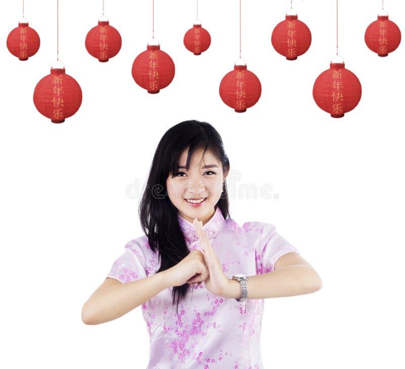 Femme célébrant la nouvelle année chinoise photo libre de droits