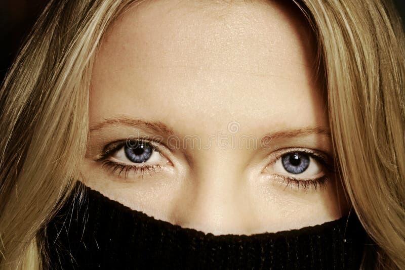 Femme caché photo libre de droits