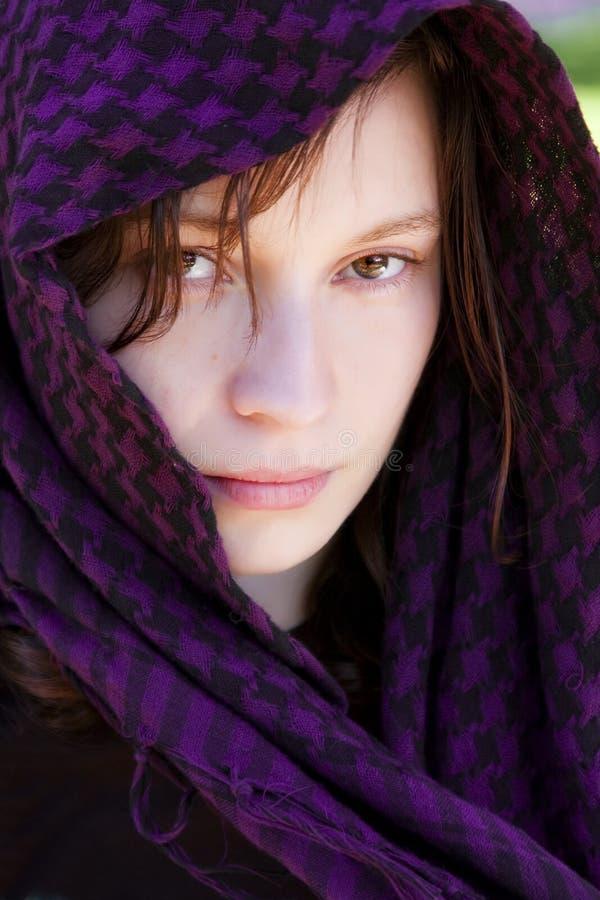 Femme caché sur le voile photographie stock libre de droits