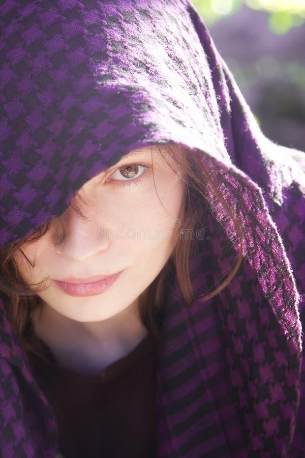 Femme caché sur le voile image stock