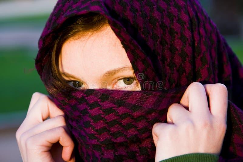 Femme caché sur le voile photos stock