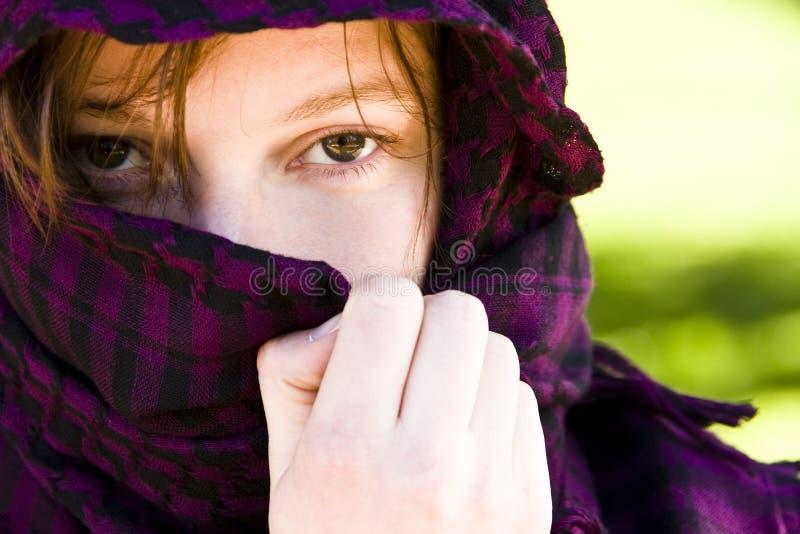 Femme caché sur le voile photos libres de droits