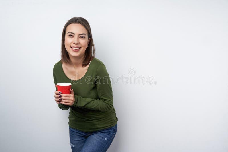 Femme calme de brune tenant la tasse de papier jetable image stock